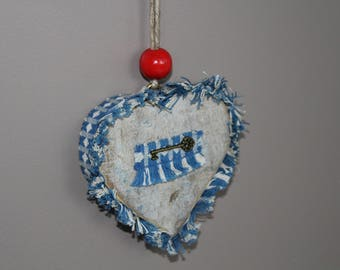 Heart cut into the wood rejected by the sea of Normandy and ornament, Pearl, key. To hang.