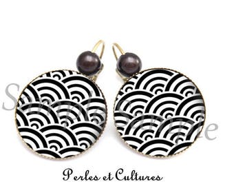 Wave black and white Japanese cabochon earrings