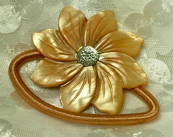 Mother of Pearl Peruvian Lily Hair Tie in Antique Peach