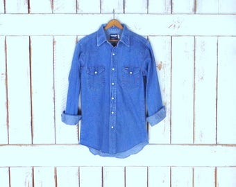 Vintage Wrangler blue cotton denim button down western shirt/chambray button down top/blue jean shirt/pearl button oxford