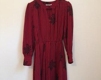 70s Vintage Dress 1970s Dress Small XS, S Size 6, 8, 10 Keyhole Winter Dress Retro Pattern Red Dress