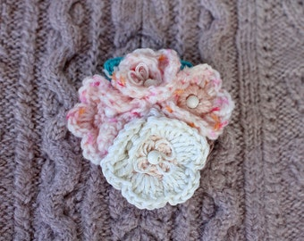 Broche en laine au crochet fleurs blanches broche veste fleurs bouquet broche cadeau femme cadeau petite amie cadeau pour maman fille cadeau fait a la maison #SvB