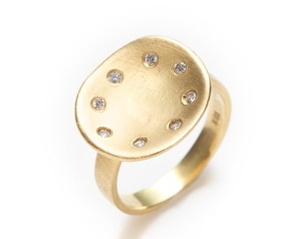 concave 18K green gold ring with eight diamonds