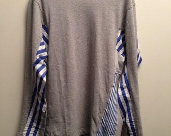 Maglia in 100% cotone di Comme Des Garcons Taglia M, grigia con inserti di cotone bianco e tela da camicia a righe bianche e blu di due tipi