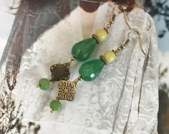 NATURAL WONDER. Handmade earrings with gemstones agate in the color green and Jade in the color matte yellow.