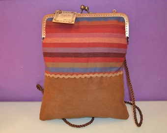 Bag of cloth striped with kiss clasp