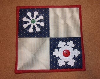 Country Kitchen Quilted Scrappy Christmas SNOWFLAKES Table Topper Candle Mat Snack Mat Hot Pad Trivet