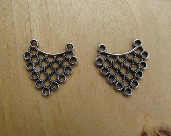 Set of 2 connectors filigree triangles of 23.5 x 23.5 mm in antique silver tone metal.