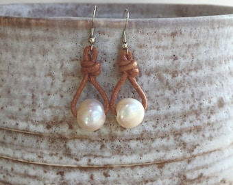 Pearl and leather earrings, single pearl drop earrings, single pearl earrings, beach style earrings, bohemian earrings, pearl earrings