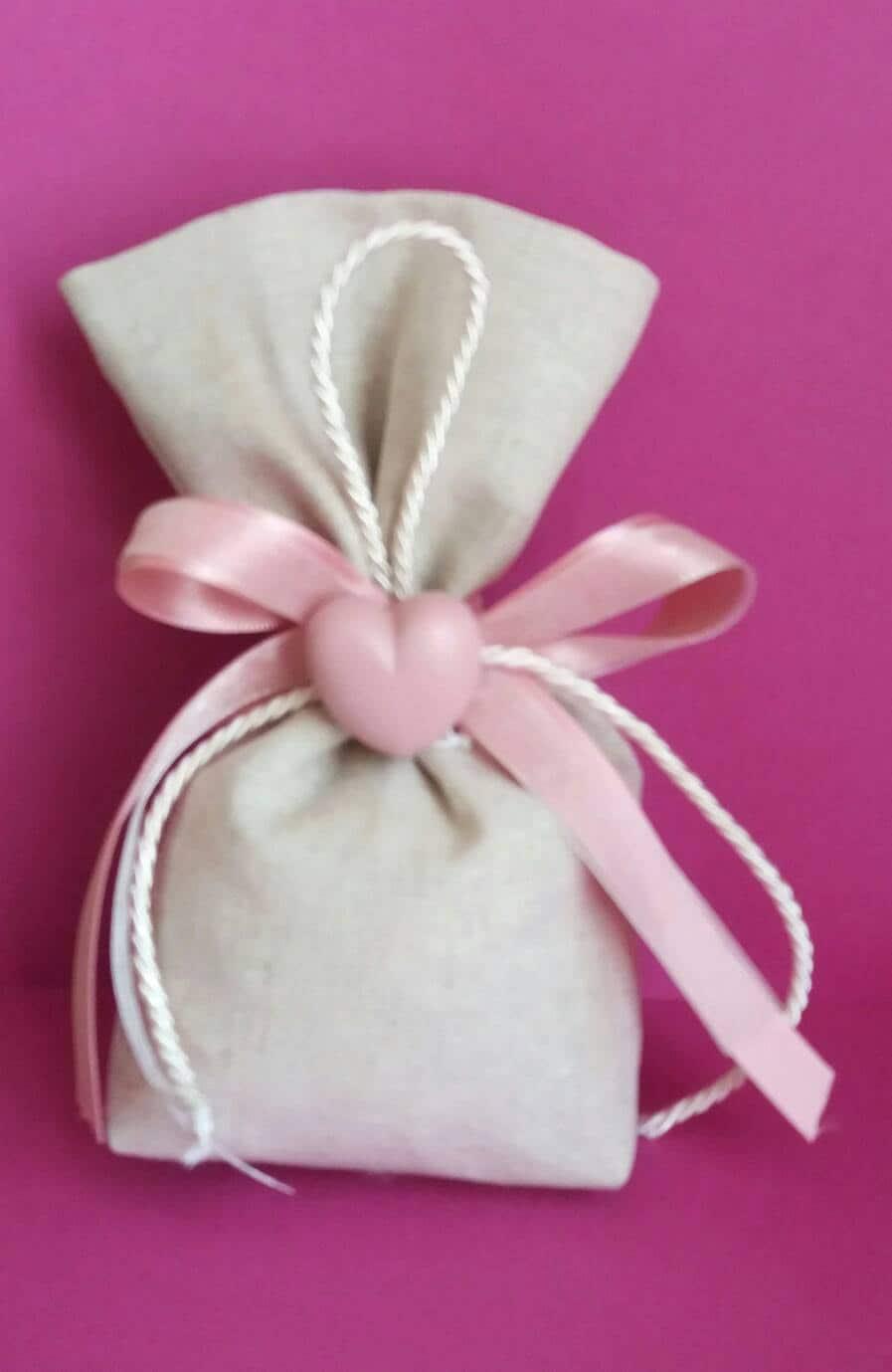 Linen favor bag with heart ceramic plaster