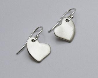 Herzohrringe, einzigartige Herzohrringe, romantische Ohrringe, handgemachte Silber Herzohrringe, Hochzeitsohrringe, Liebe Ohrringe, einfache