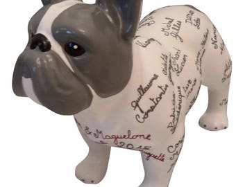 """Grande statue de chien Bouledogue Français en céramique """"Prénoms"""" entièrement personnalisable, décoration  Laure Terrier. Longueur 32 cm"""