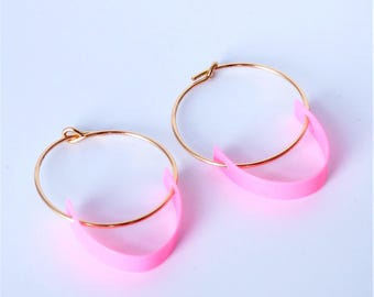 Wire hoop earrings with geometric pink semi-circle detail