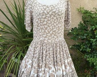 1980s 1990s taupe et blanc floral niveaux jupe jupe robe de Dress To Kill taille S M L