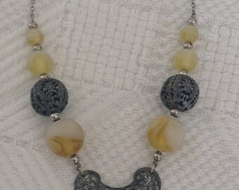 1920s A beautiful deco period necklace featuring swirled satin and gold glass beads.
