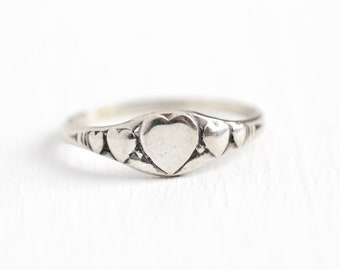 Vintage Heart Ring - Sterling Silver Romantic Motif Dainty Signet - Retro 1940s Size 5 1/4 Signed U Arrow for Uncas Mfg. Co 40s Jewelry