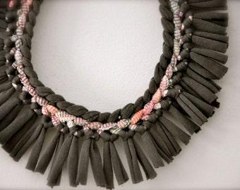 Tissu - déclaration Tribal collier - Bijoux Upcycled Fringe - gris Pastel