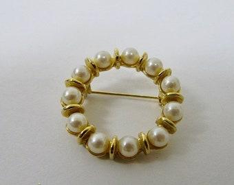 ON SALE Retro Faux Pearl Circle Pin Item K # 2097