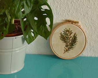 Borduurwerk voor aan de muur, met dennenboom, dennentak , planten. Botanische decoratie, muurdecoratie | Vintage look, handgemaakt