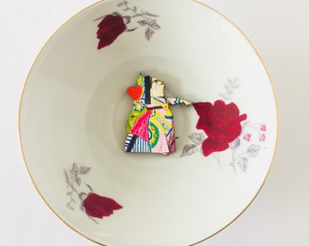 Queen of Hearts from Alice in Wonderland Display 3D Plate Sculpture Pink Red Rose Floral Pattern for Wall Decor Birthday Wedding Friend Gift