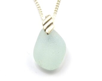 Collier pendentif en verre dépoli ALISSA, mer pendentif en verre, collier en verre dépoli, verre recyclé, verre de mer concombre pâle