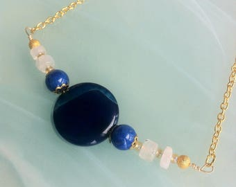 Necklace with an Agathe, lapis lazuli and rainbow moonstones