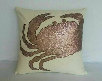 Baige et cuivre crabe oreiller couvrent. Paillettes décoratives housse de coussin nautique. Oreiller de maison de plage de crabe de Cinaman. 18 pouces fait sur mesure.