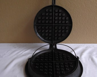 Wagner #9 Waffle Iron, low base w/bail, matching (tight/firm) wooden handles. Pat. Feb 22, 1910. Excellent Condition!