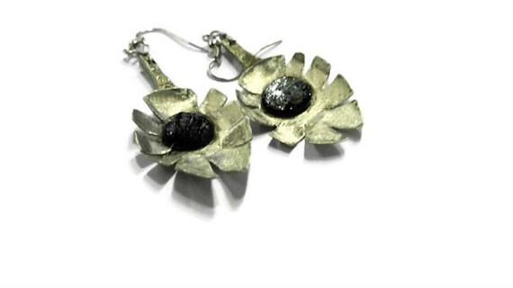 Vintage spoon leaf shape dangle earrings with black beads