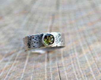 Hello World!/silver ring/peridot/gemstone/textured silver