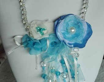 Necklace with crystal flowers in organza and cloth.