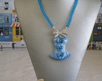 """Charmant collier plastron avec pendentif en céramique """"Une jolie guêpière bleue"""""""