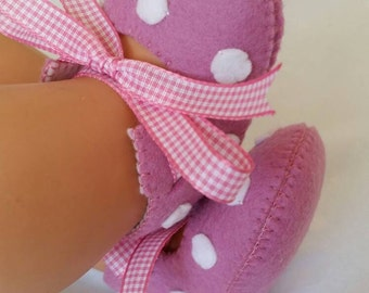 Dusty pink with white spots woolfelt baby shoes