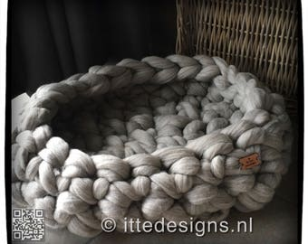chunky knit basket 100% Merino wool for dog or cat