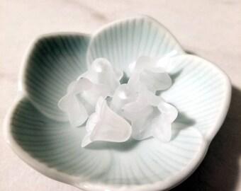 WHITE 18mm x 12mm Lucite Medium Trumpet Flower Beads (x25, 50 pcs)