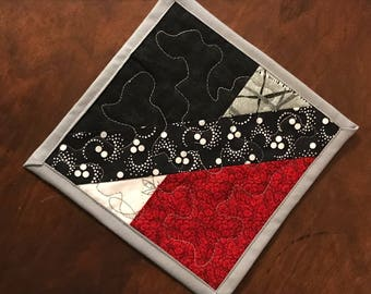 Un rouge, gris et noir mug tapis, tapis matelassé tasse, estampes asiatiques coaster, 7 po x 7 po.