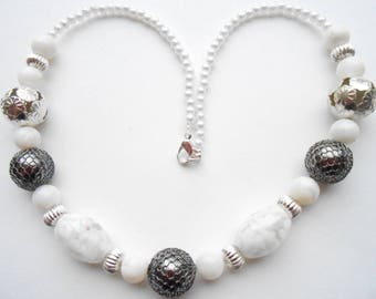 Necklace fancy black and white beads.
