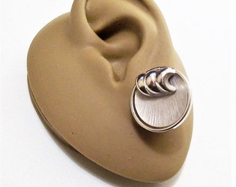 Lisner Flat Discs Wave Curl Accent Clip On Earrings Silver Tone Vintage Brushed Fine Lined Rimmed Raised Edge