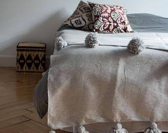 couvre lit gris à ponpoms