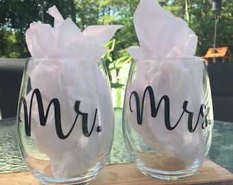 set of 2 wine glasses with Mr and Mrs