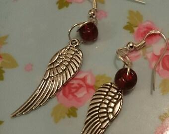 Vleugels met rode parel oorbellen