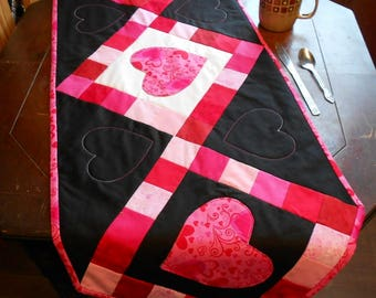 "Valentine Table Runner 17"" x 48""- Black/White/Pink/Red Appliqued Hearts Table Runner (#R69bl)"