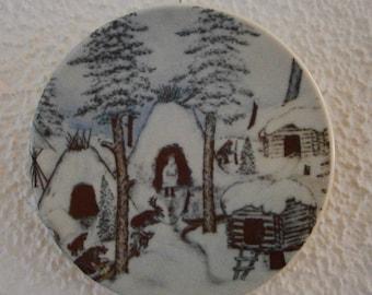 """Arabia Finland nr 13 - 1981, bordje van A. Alariesto; """"a Lappvillage in wintertime"""""""