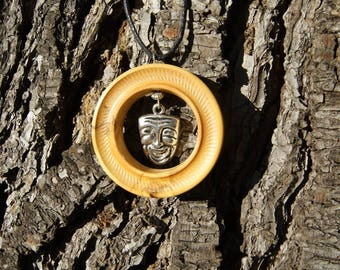 Pendant turned boxwood Hérault with mask on the inside