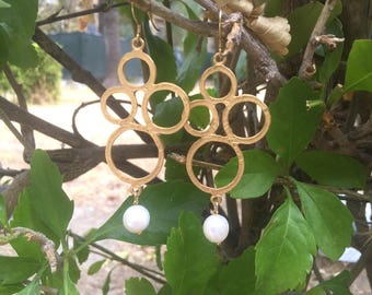 Earrings with golden brass stud and scaramazza pearl