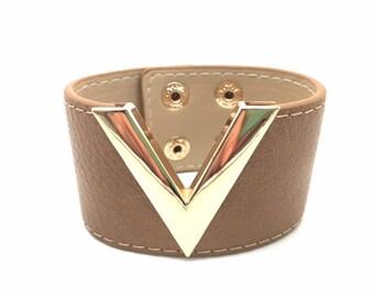 V gold beige leather bracelet