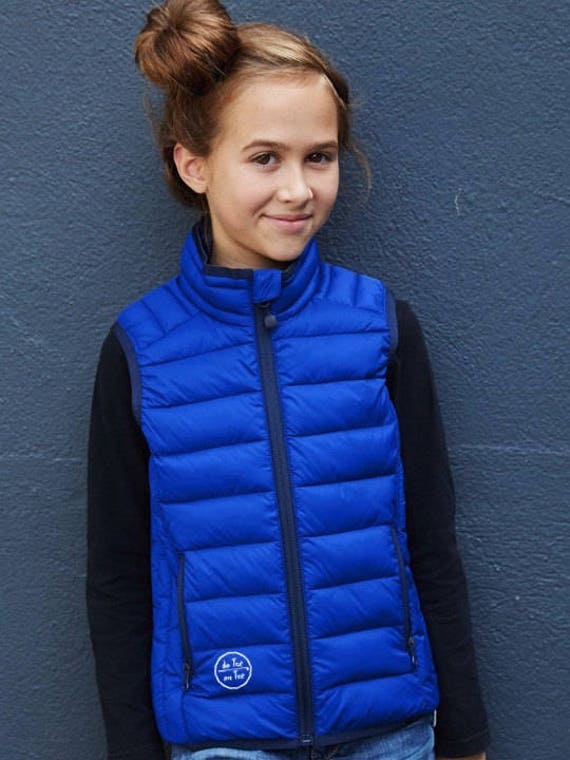 Kids' lightweight sleeveless down jacket (UNISEX) De Tee En Tee logo in different colors.