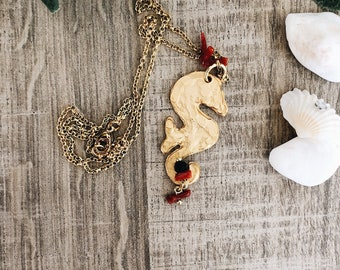 Necklace with seahorse pendant in brass and pendent coral