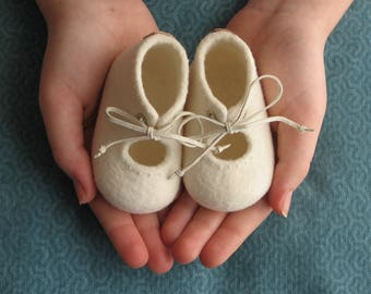 Felted baby shoes, embroidered, christening shoes, pregnancy reveal, natural design, with LAMBELI label, newborn baby shoes, photo prop