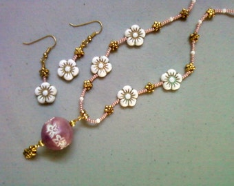 Mauve and White Flower Necklace (0534)